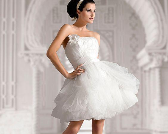 Коротке весільне плаття нареченої