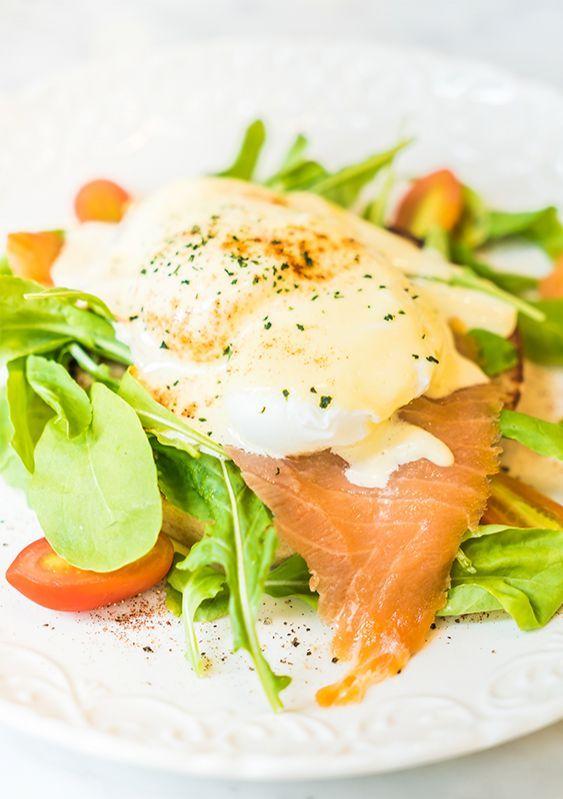 Слабосоленої лосось з яйцями-пашот під вершковим соусом