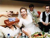 Що подарувати подрузі на весілля