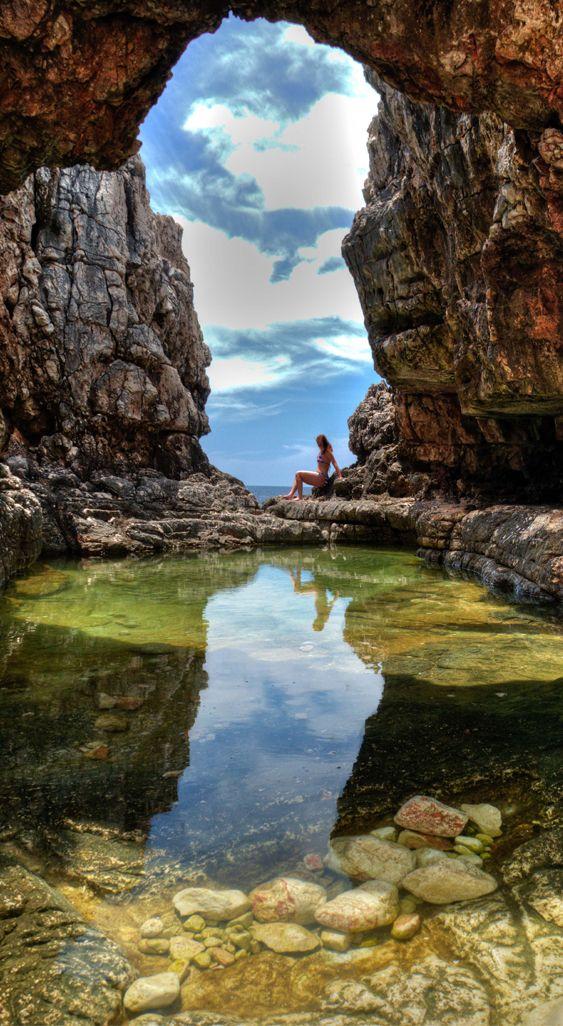 Хорватська острів Локрум. Арка в скелі