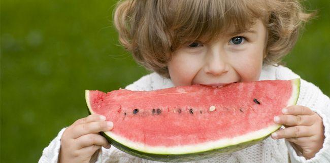 Як навчити дитину їсти самостійно? Це питання турбує багатьох молодих батьків