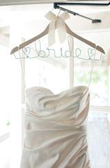 Весільна сукня на вішалці
