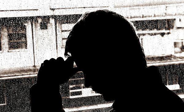Чоловік хворіє депресією
