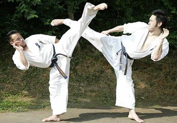 Карате - це японське бойове мистецтво включає в себе і захист і напад. фото