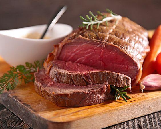 Запечена мармурова яловичина з ароматними травами і чорної сіллю