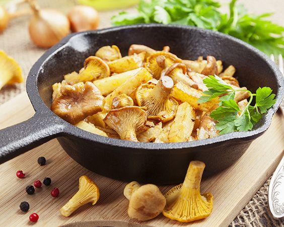 Картопля в казані з лисичками і топленим маслом